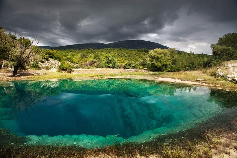 IZVOR CETINE: Modrozeleno zrcalo u surovom dalmatinskom kršu [VIDEO]